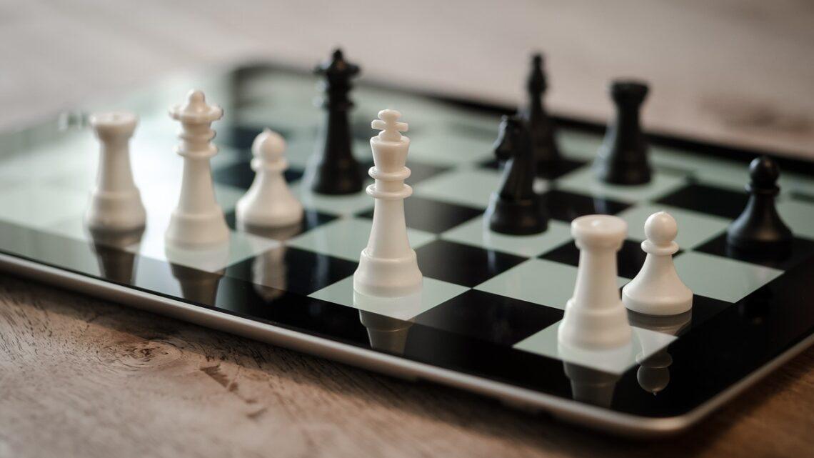 Как научиться играть в шахматы с нуля: принципы и стратегические элементы игры для взрослых и детей
